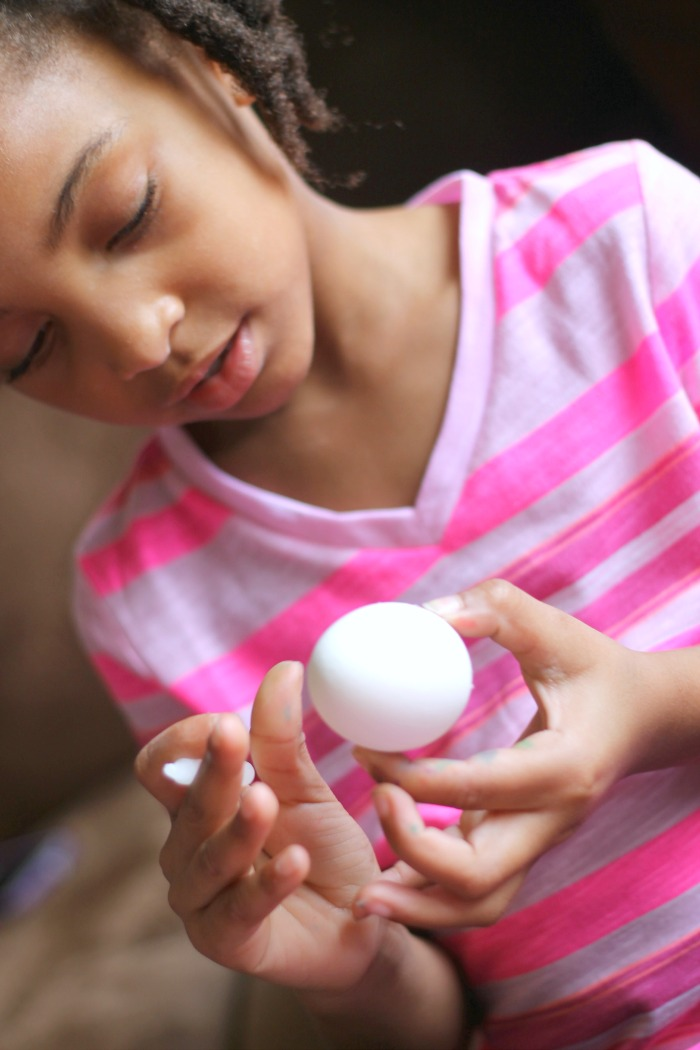 dyeing eggs 4
