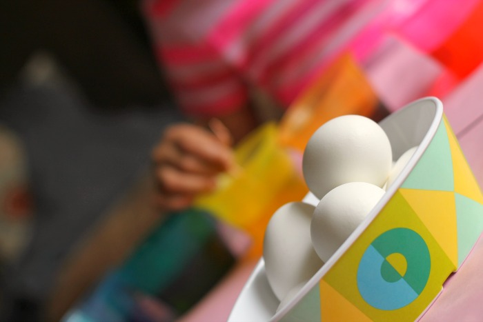 dyeing eggs 6