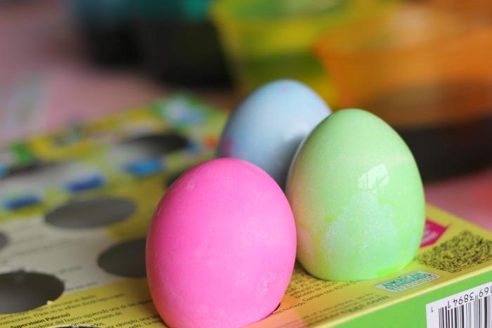 dyeing eggs 8